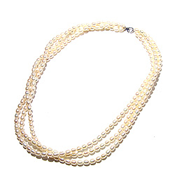 Vit 3-raders pärlhalsband med sötvattenspärlor.