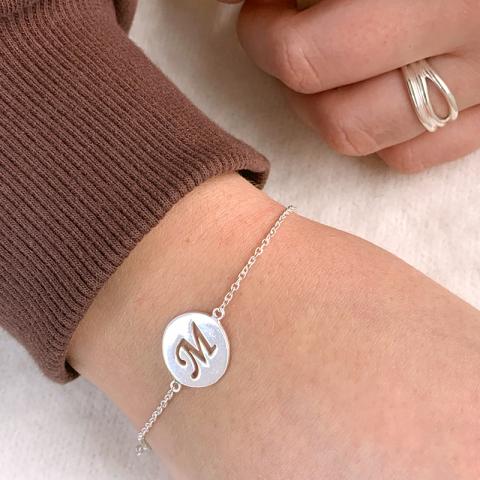 bokstav m armband i silver med hängen i silver