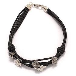 Svart armband i läder med blommaberlock i rhodinerat silver